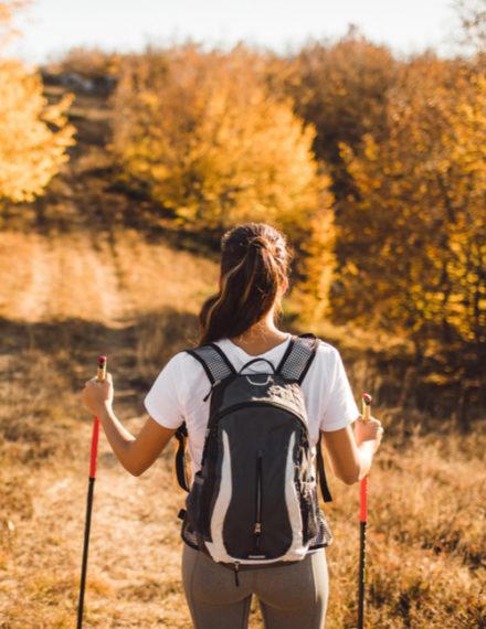 Marche nordique dans une forêt d'automne