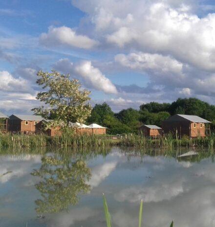 Lodges sur pilotis vus depuis l'étang