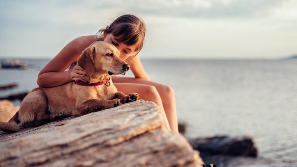 Un chien et sa jeune maîtresse