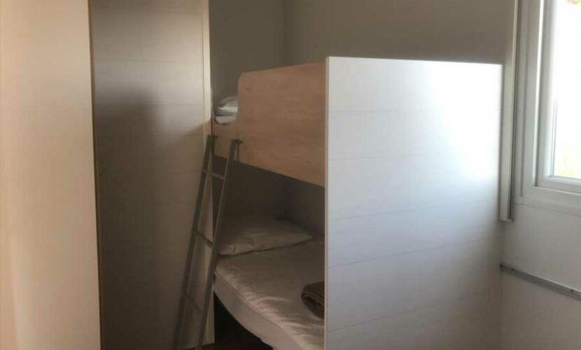 Lit superposé dans une chambre d'un mobil-home au camping de contrexeville