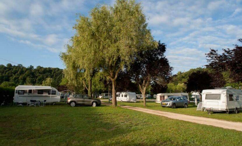 Des campings-car sur leur emplacement au camping de la moselle