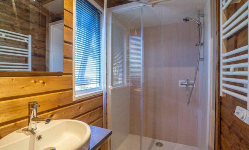 Salle de bain d'une lodge au camping le plo