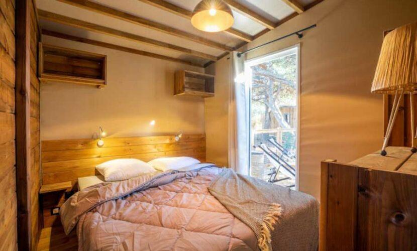Chambre d'une lodge au camping le plo