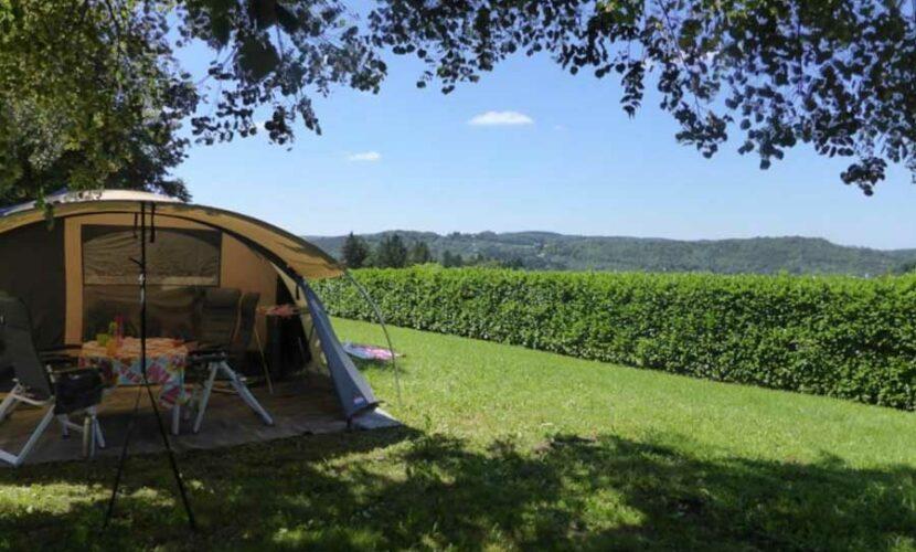 Vue de face d'une tente sur un emplacement