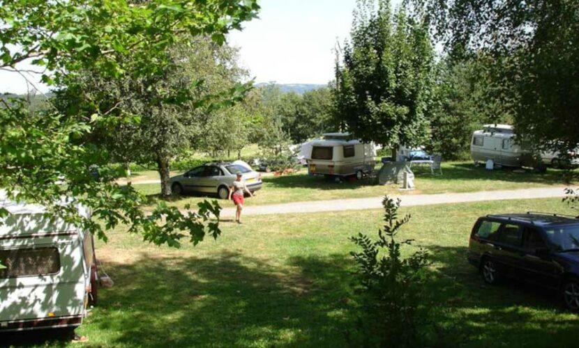 Plusieurs caravanes sur leurs emplacements