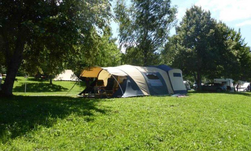 Tente déployée sur un emplacement au camping le plo