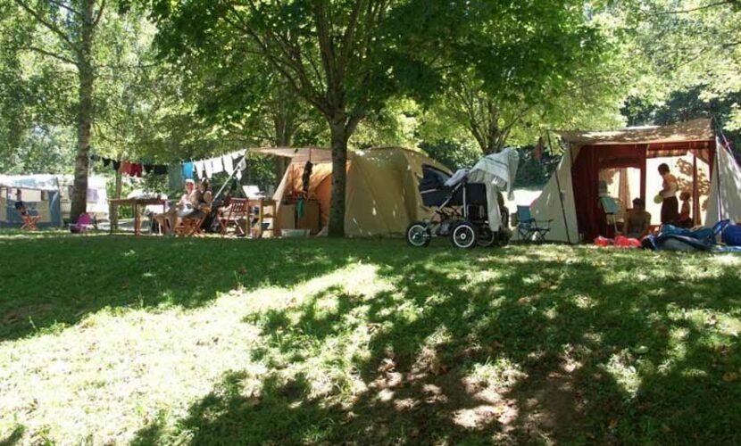 Plusieurs tentes sur leurs emplacements respectifs