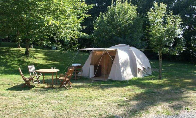 Vue extérieure d'une grande tente camping le plo