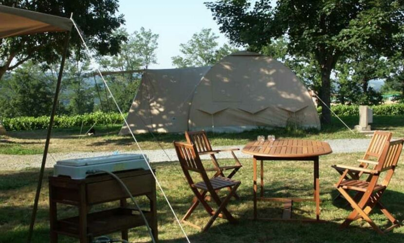 Vue latérale d'une grande tente camping le plo