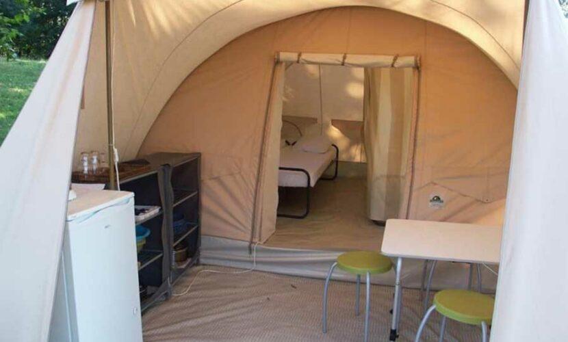 Entrée d'une grande tente au camping le plo