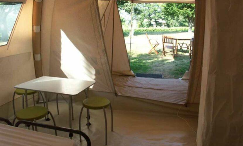 Intérieur d'une grande tente au camping le plo