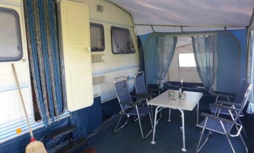 Coin terrasse devant une caravane camping le plo