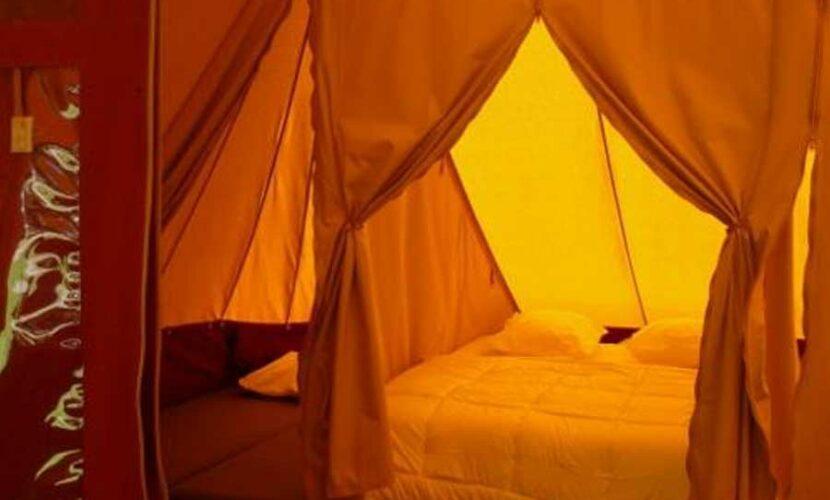 Lit d'une tente au camping le plo