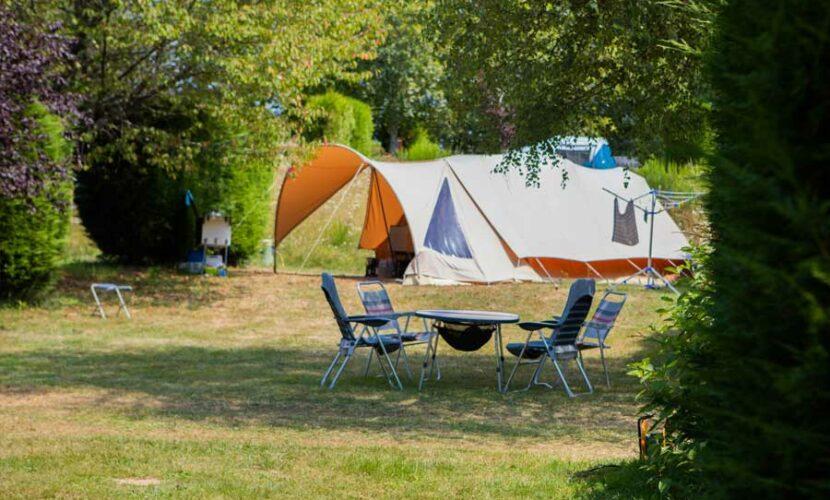 Emplacement tente vue de l'extérieur au camping le soustran