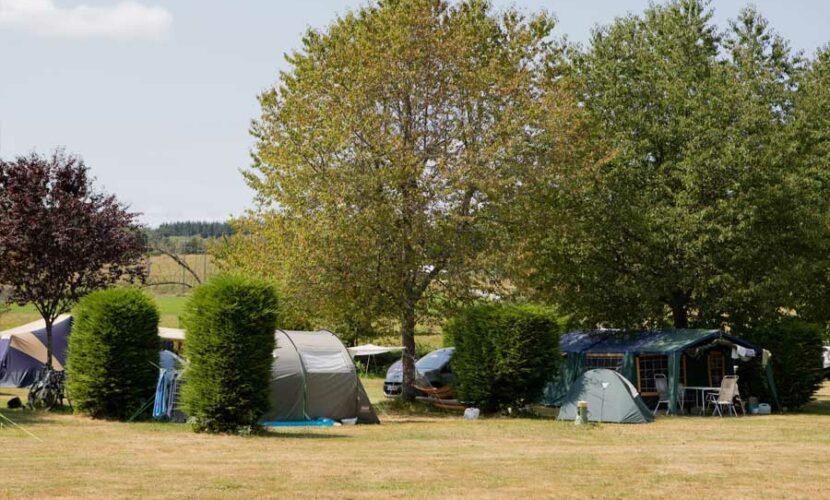 Vue extérieure des emplacements au camping le soustran