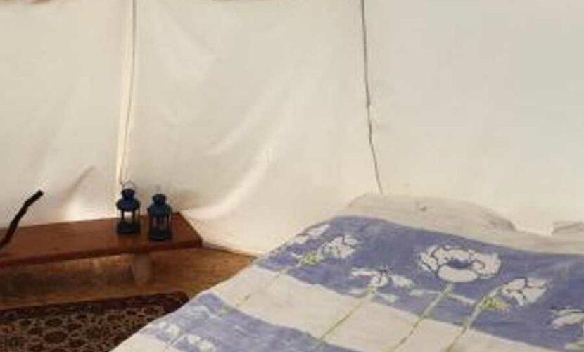 Intérieur d'un tipi dans le camping le soustran