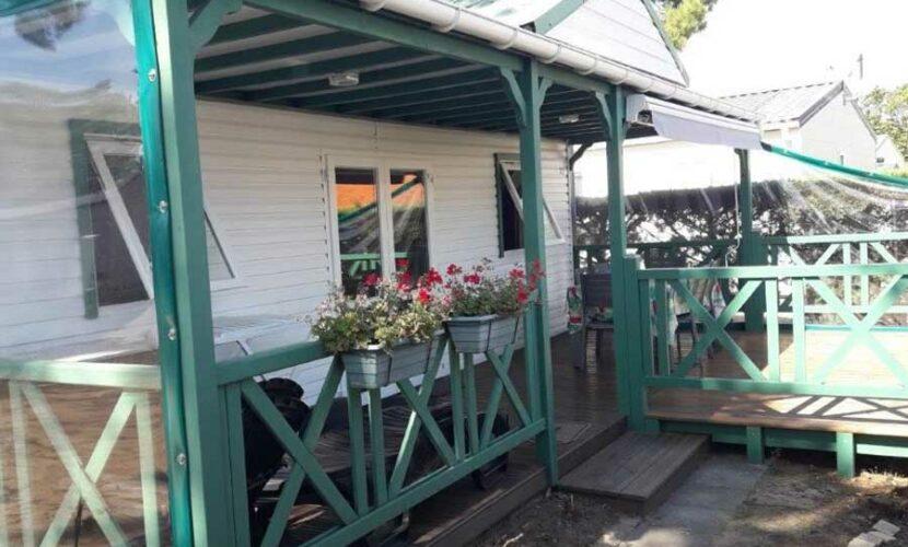Terrasse d'un mobil-home au camping les violettes