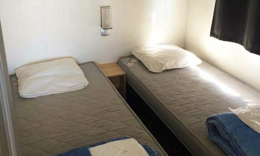 Chambre lits simples d'un mobil-home au camping les violettes