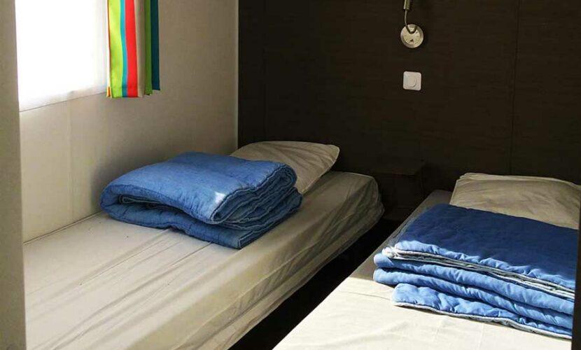 Chambre avec lits simples d'un mobil-home au camping les violettes