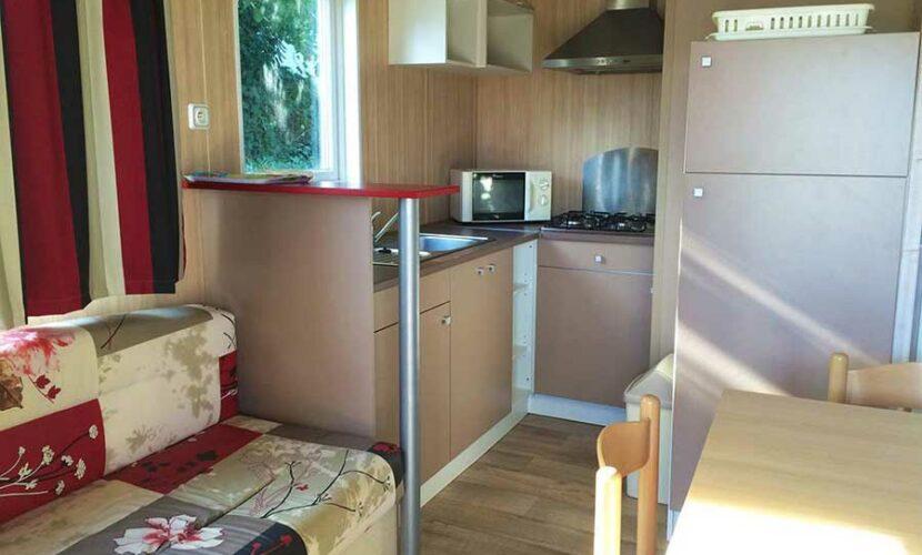 Vue de la cuisine dans un mobil-home au camping les violettes