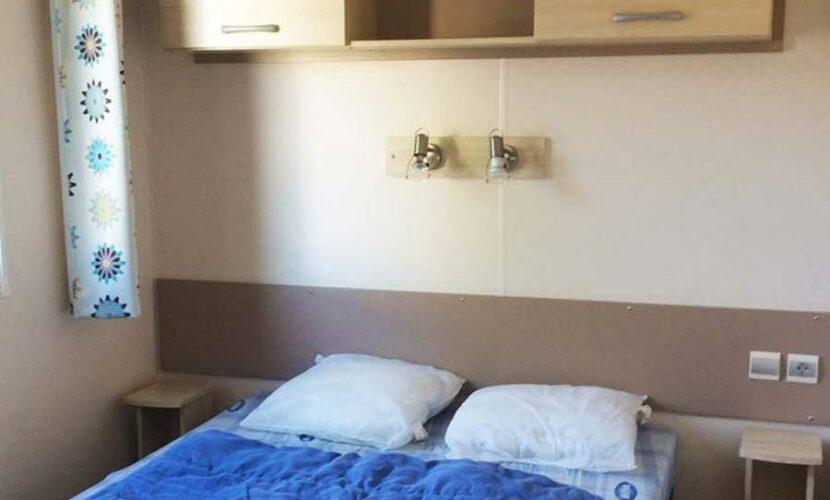 Chambre lit double d'un mobil-home au camping les violettes