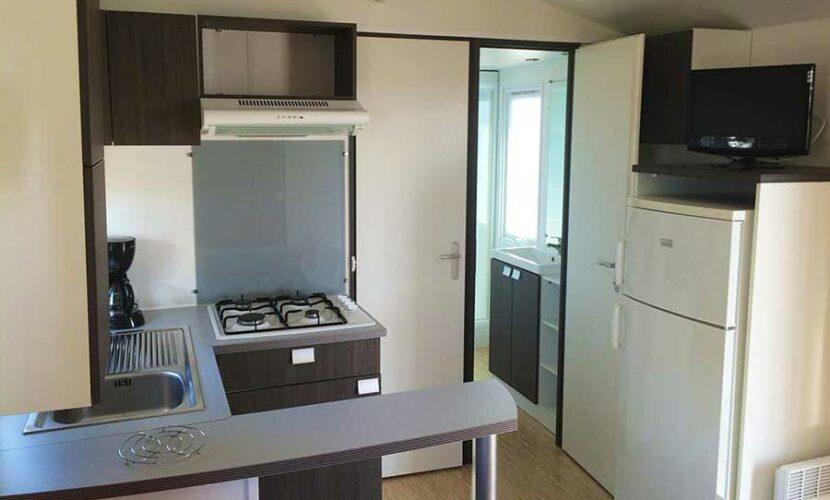Vue sur la cuisine d'un mobil-home au camping les violettes