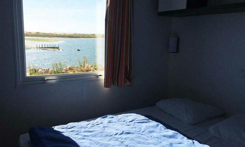 Chambre avec vue sur lac d'un mobil-home au camping les violettes