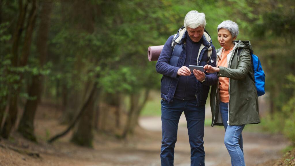 Un couple de retraité se dirige grâce à une application