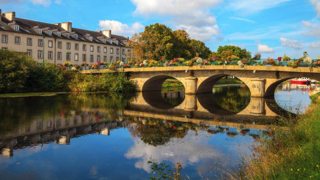 À Pontivy, reflet du pont dans le canal de Nantes à Brest