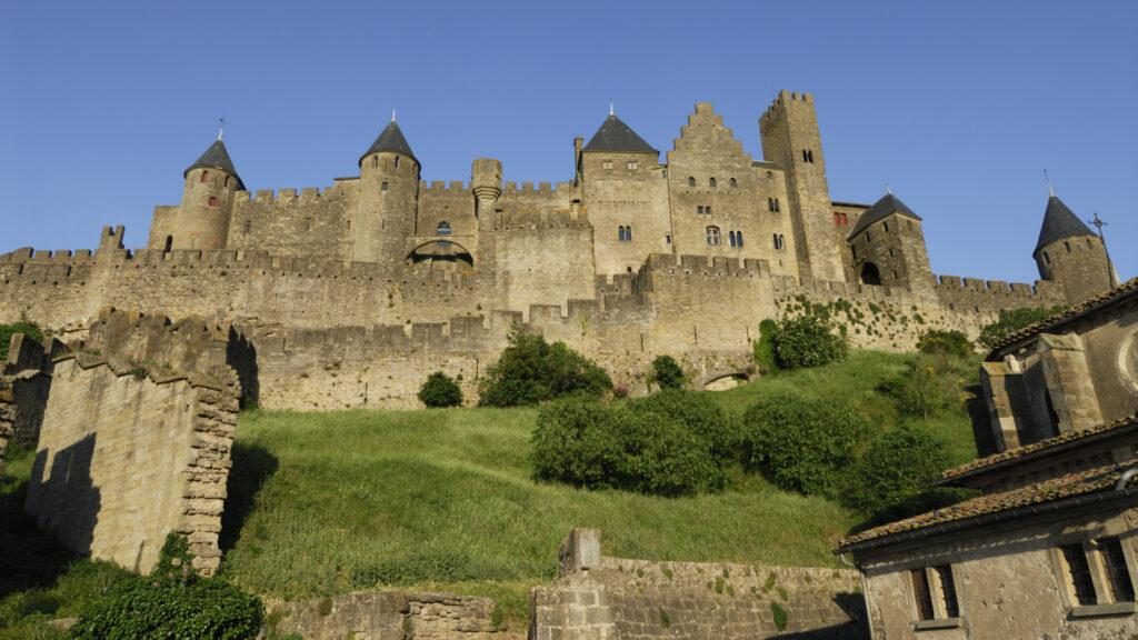 Vue au pied de la Cité de Carcassonne