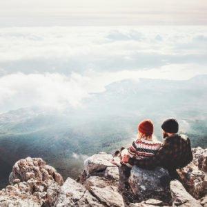 Couple éco-voyageur à la montagne