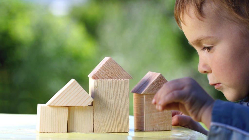 Jeune garçon concentré sur sa maquette