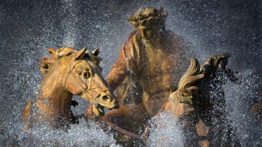 Statue d'Apollon, ses chevaux et son chariot dans une fontaine à Versailles