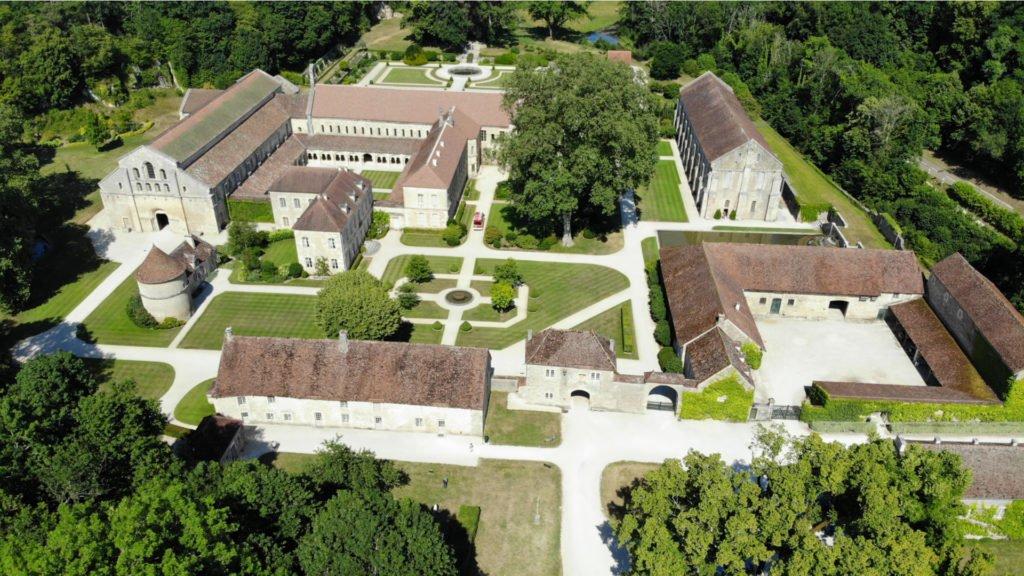 Abbaye cistercienne de Fontenay vue du ciel