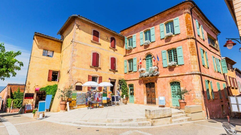 Façades aux couleurs des ocres dans le village de Roussillon