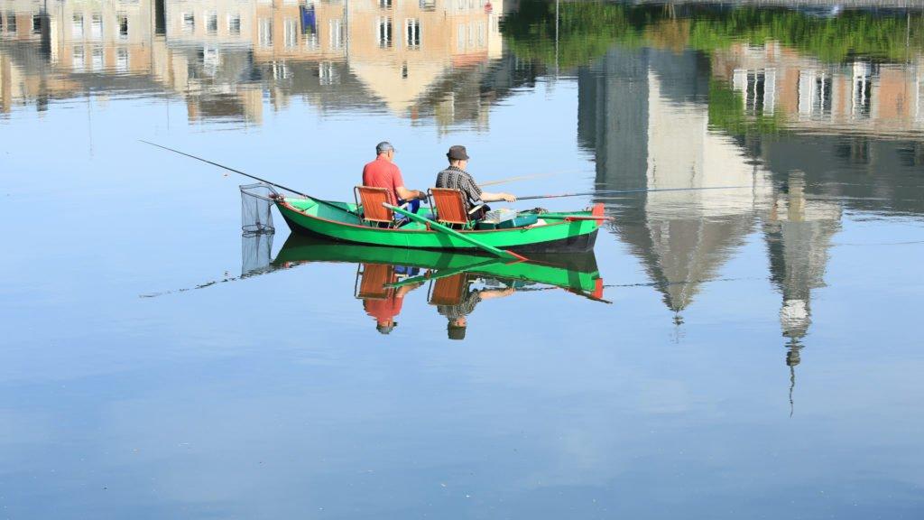 Deux hommes pêchent sur la Meuse à Givet