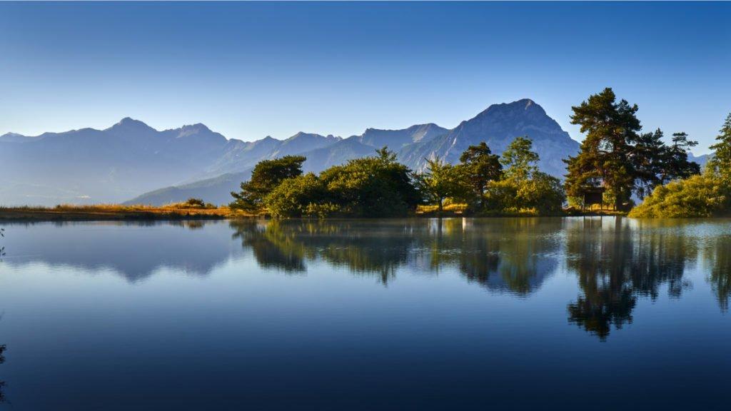 Lac de Saint-Apollinaire et le Grand Morgon tôt le matin dans la lumière de l'été