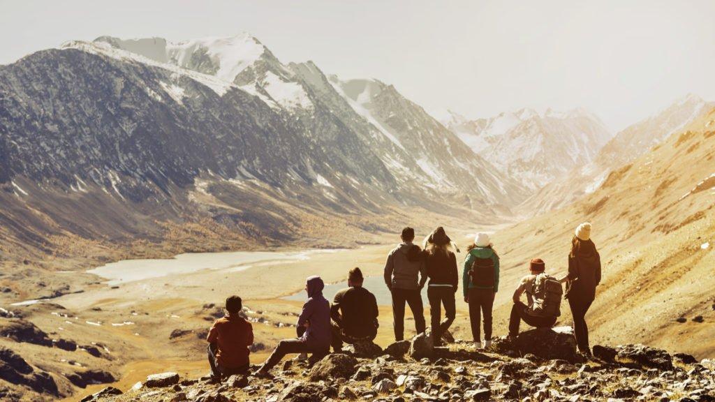 Groupe d'amis en montagne