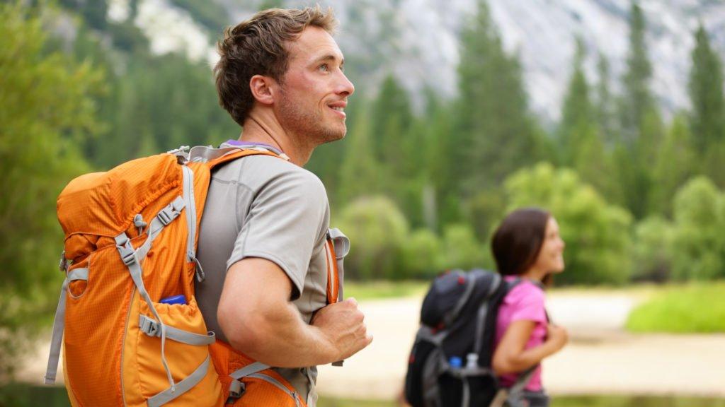 Couple heureux sur les sentiers de randonnée