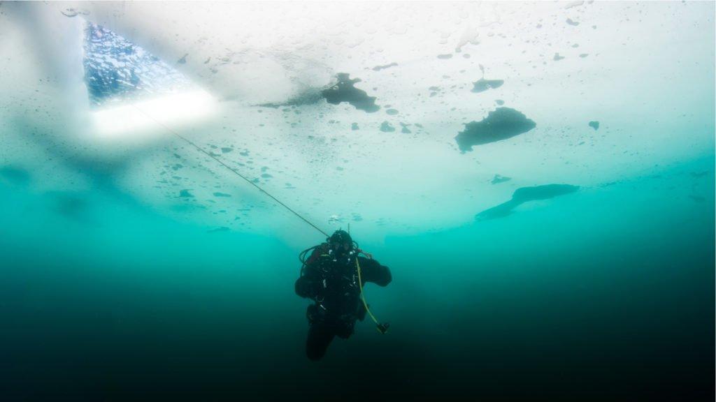 Le Lac de Tignes en Hiver est un des sites de plongée inoubliables
