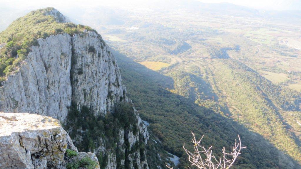 Falaise abrupte au sommet du Pic Saint-Loup
